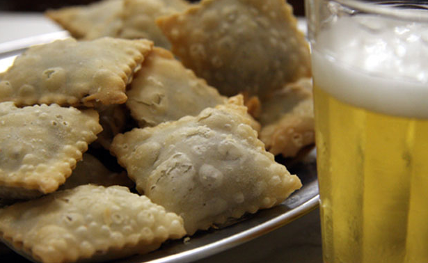 The minipasteis de feijão with cold beer from Bar do Mineiro (image taken from venue's website).