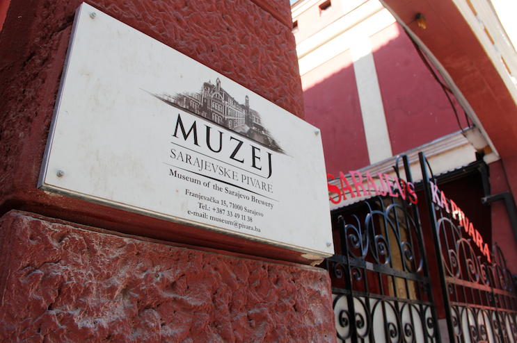 Image by TravelVince – the museum's entrance is just a few meters from the restaurant's.